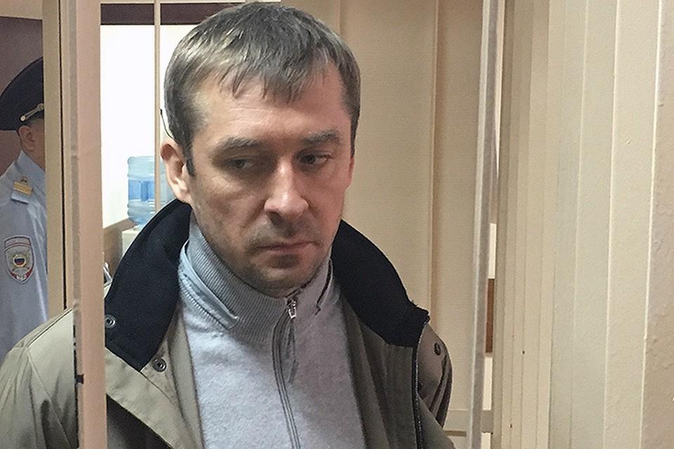 На вопрос, признаете ли вы себя виновным, Захарченко покачал головой из стороны в сторону.