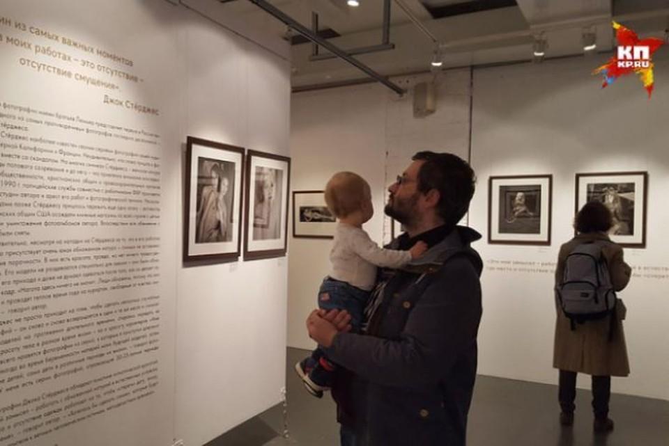 На выставку «Джок Стерджес. Без смущения» посетители приходят даже с детьми