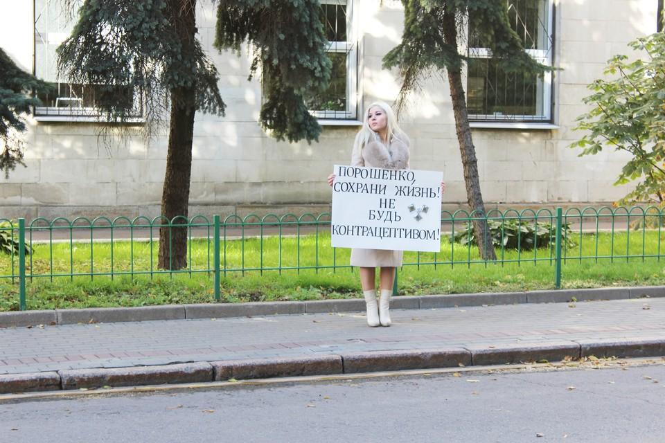 26 сентября в Москве у здания посольства Украины писательница-крымчанка Диана Кади проводит пикет с целью привлечения внимания к демографической трагедии на Украине.