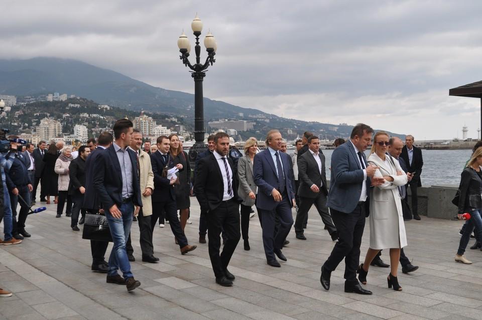 Гости из Италии прогулялись по Ялте.