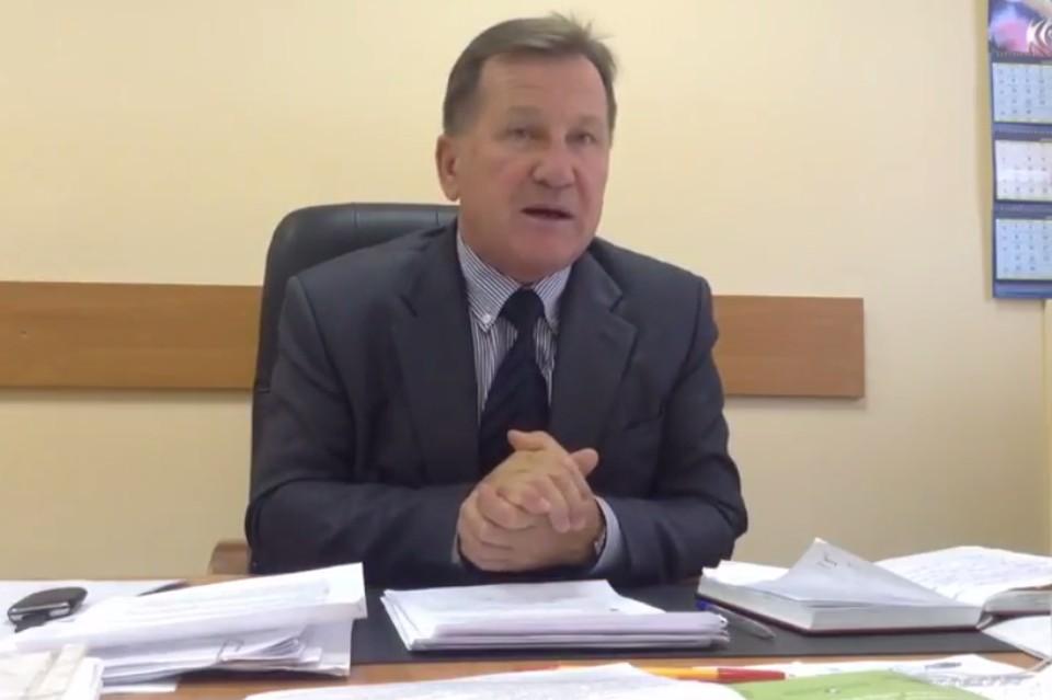 Коллеги-журналисты добрались до самого Виктора Грищенко, который подписал нашумевший документ для директоров городских школ. Фото: кадр из видеосюжета