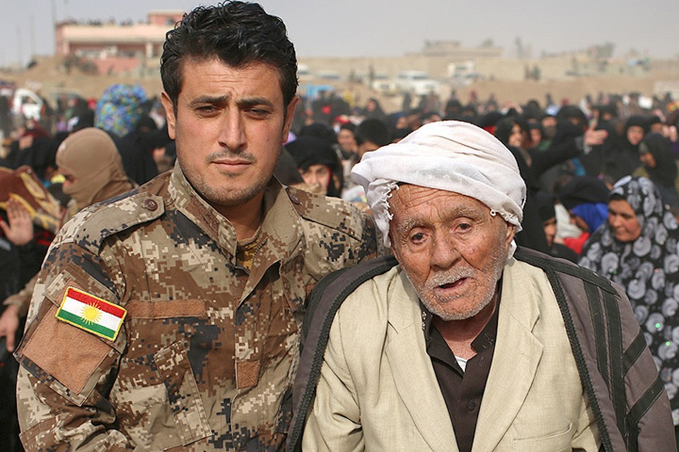 Тысячи беженцев стремятся покинуть районы боев наступающих иракских войск и обороняющихся террористов ИГИЛ (организация запрещена в России).