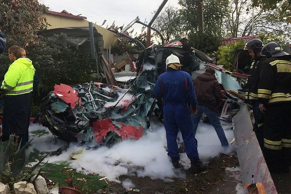 Вертолет упал прямо во двор одного из жилых домов в Адлере. Фото: ЮРПСО