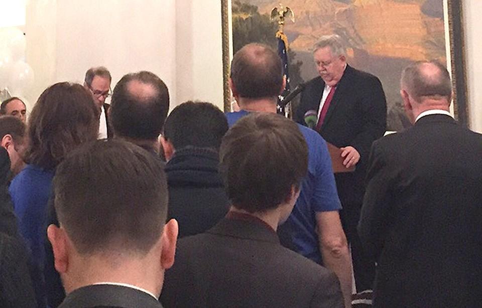 Посол США в России Джон Теффт выступает в резиденции в Москве.
