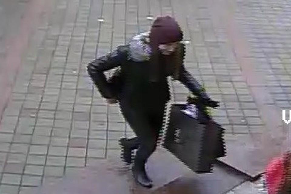 Девушке, забравшей на улице чужой пакет с забытыми вещами, грозит штраф. ФОТО:guvd.gov.by