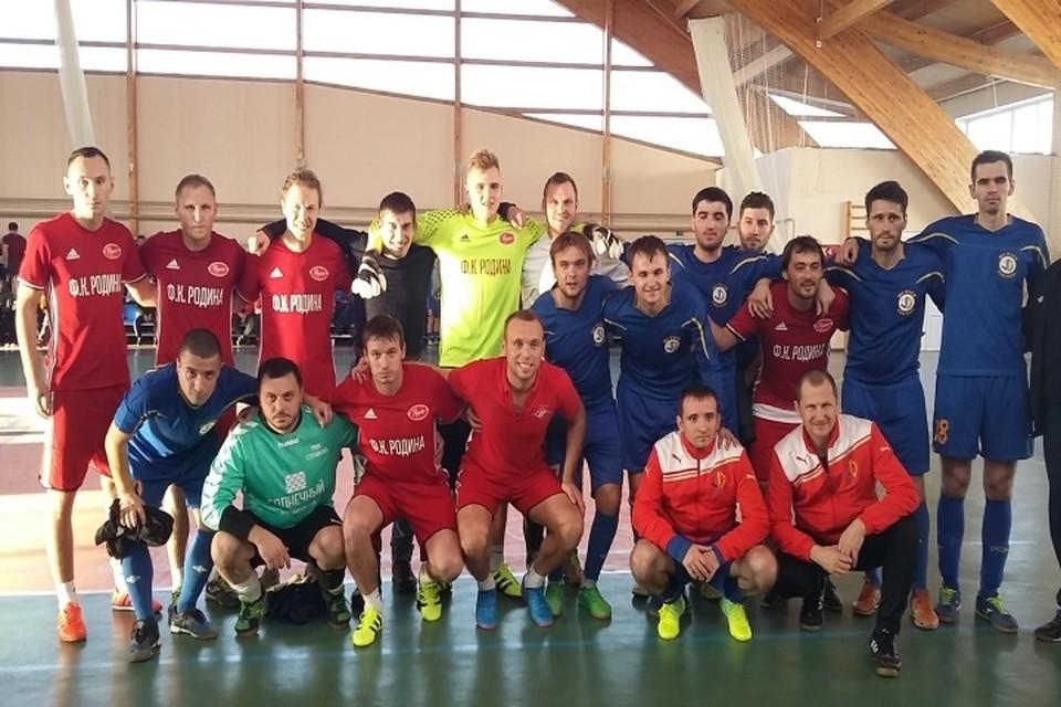 Денис Глушаков (в центре в нижнем ряду) - с друзьями-футболистами