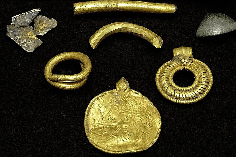 В дании обнаружен золотой амулет с изображением скандинавско.