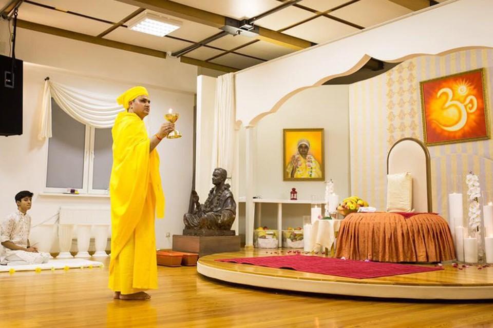 Зал, где Пракаш Джи ведет прием посетителей. Обратите внимание на обстановку. Здесь все подчеркивает особый статус гуру - и большой портрет на стене, и бронзовая скульптура, и трон на подиуме