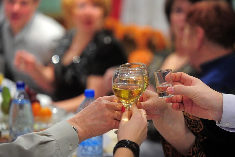 В новогоднюю ночь лучше пить чистые напитки - вино, коньяк, водку. Шампанское - только под бой курантов. И не забывайте правильно закусывать! Фото ТАСС/ Владимир Смирнов
