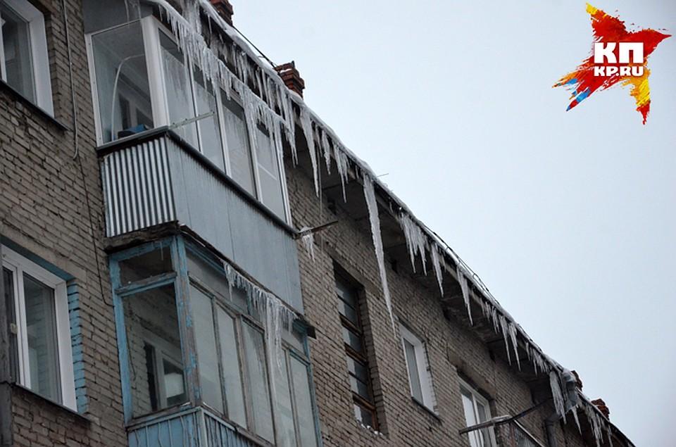 Новосибирцы должны сами очистить от снега самодельные козырь.