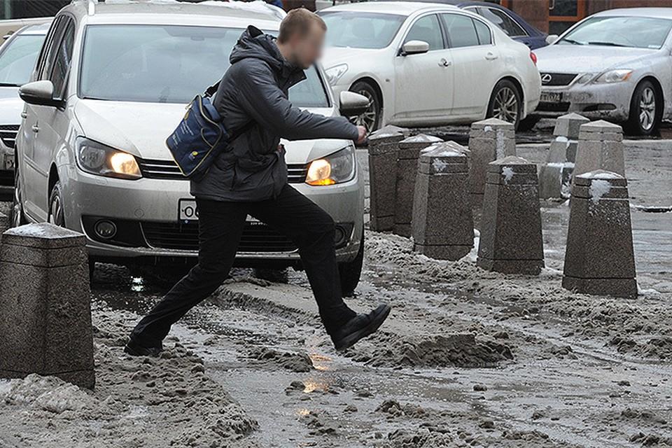 Суть «игры» в том, чтобы перебежать дорогу как можно ближе к проезжающим машинам.