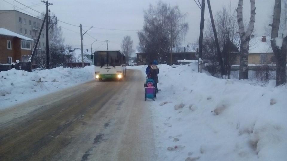 Из-за заваленных снегом обочин люди делят дорогу с несущимся мимо транспортом. Фото - Сергей СедовИз-за заваленных снегом обочин люди делят дорогу с несущимся мимо транспортом. Фото - Сергей Седов