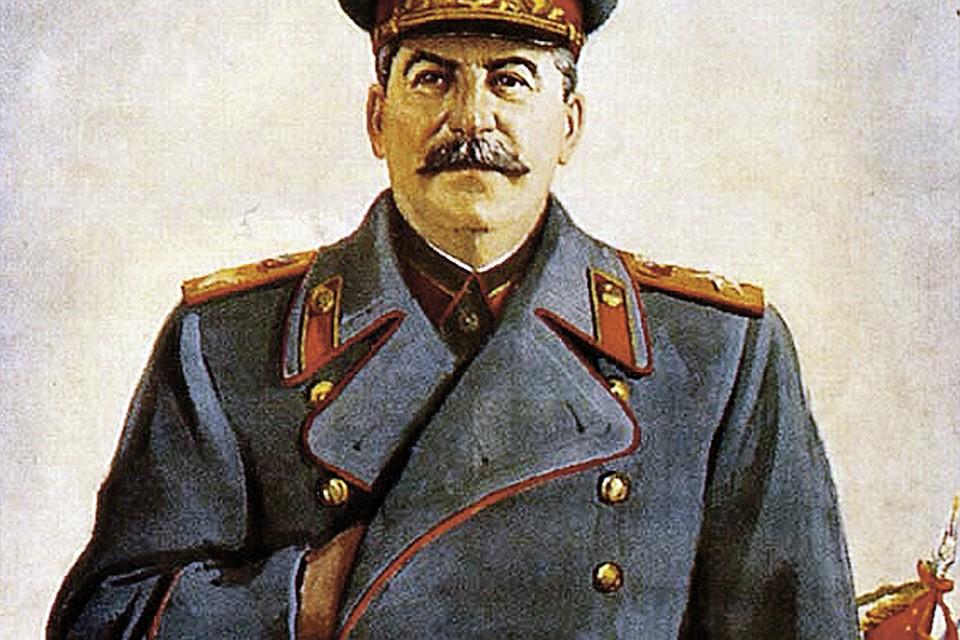 Сталина часто изображали с заложенной за полу одежды правой рукой. Этот жест генералиссимус и правда любил: он запечатлен на многих фотографиях. А вот левая рука вождя после истории с фаэтоном сгибалась с трудом. Фото: В. Правдин, Н. Денисов, 1948