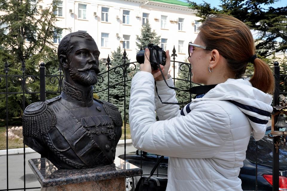 Крымчане приходят посмотреть на памятник.