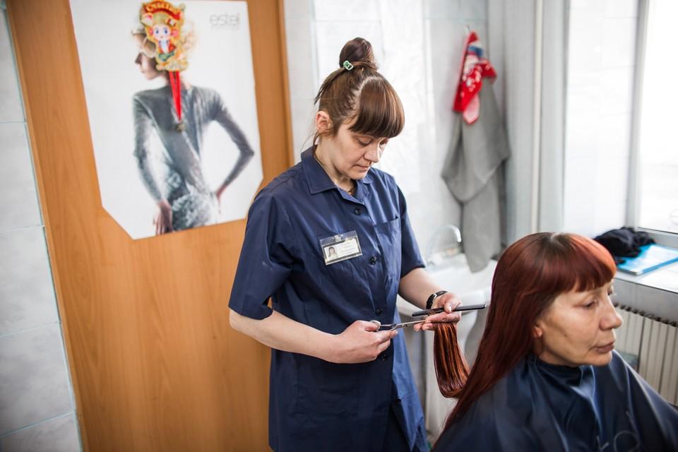 В парикмахерской при колонии и волосы покрасить могут и секущиеся кончики подравнять.