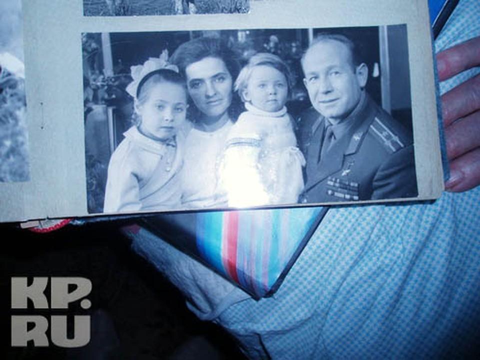Знаменитый космонавт Алексей Леонов с женой Светой и дочками Викой (старшая) и Оксаной