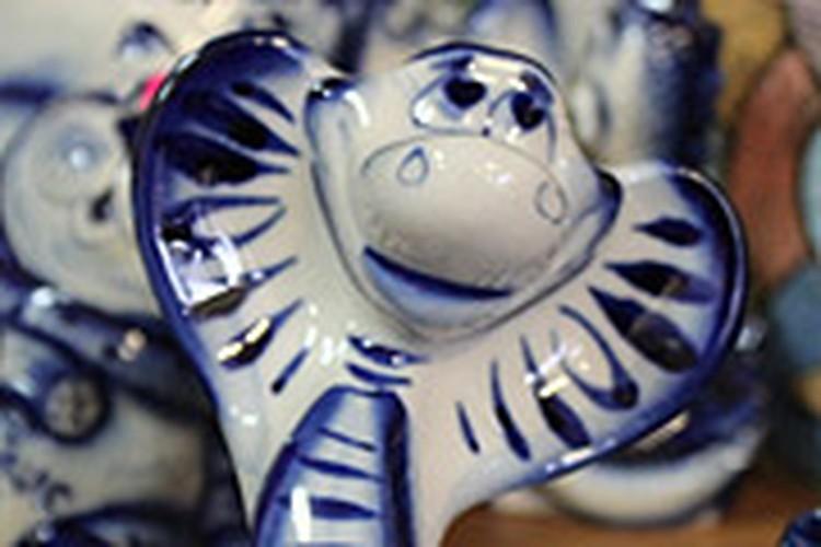 На саратовских прилавках появились забавные сувениры с символикой нового, 2013 года