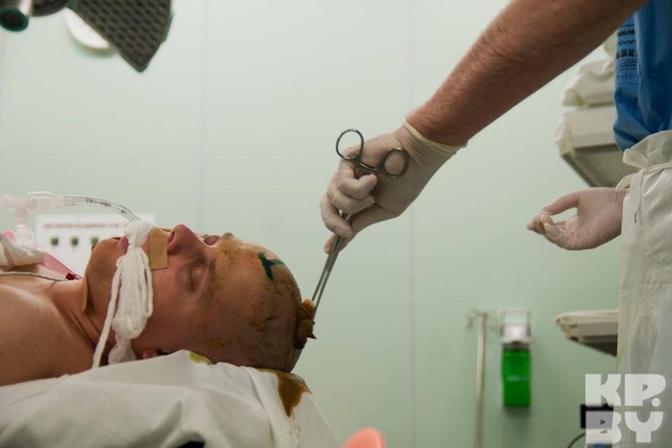 Начинают операцию с обработки раствором антисептика операционного поля.
