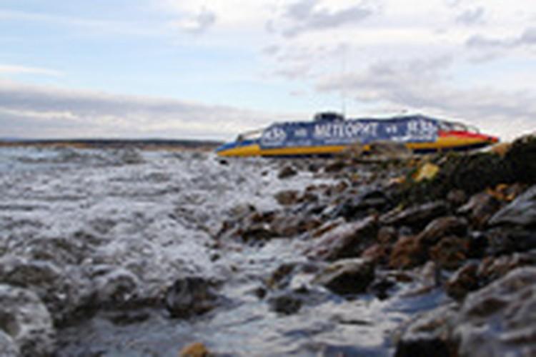 Челябинской области водолазы подняли метеорит со дна озера Чебаркуль