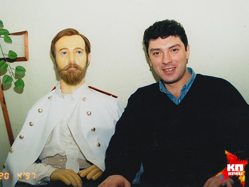 Вице-премьер Борис Немцов в Красноярске в местном музее ( восковая фигура царя Николая)