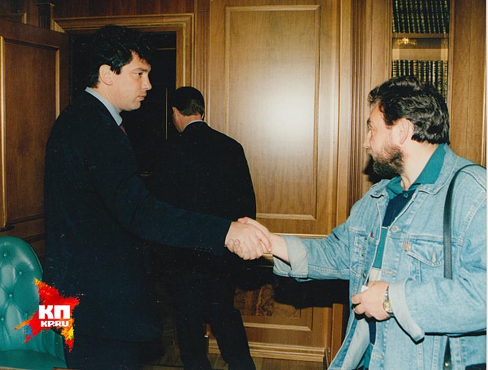"""Немцов уходит из своего кабинета -  в отставку и прощается с корреспондентом """" КП"""" Николаем Ефимовичем"""