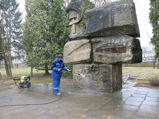 d22fea8ea333 Калининградцы помыли памятник советским солдатам на кладбище в Ольштыне