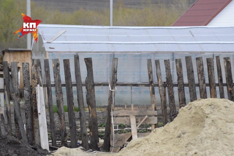 Лаз в заборе вокруг дома Гоштов