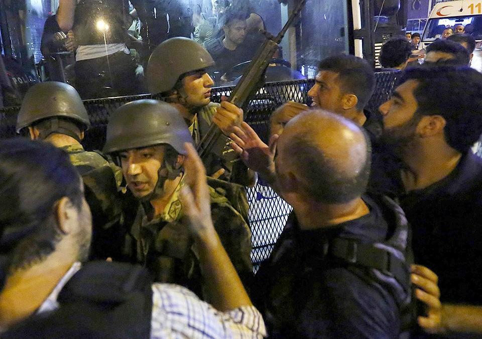 Солдаты сдают своё оружие полицейским в окрестностях площади Таксим в Стамбуле.