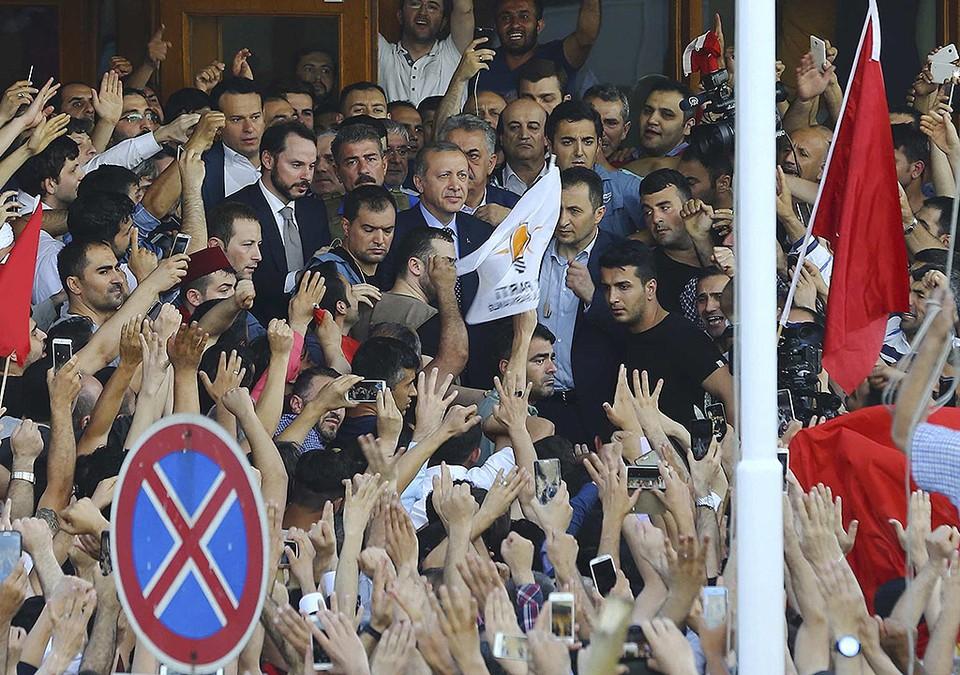 Президент Турции Реджеп Эрдоган среди своих сторонников у здания аэропорта Ататюрк.
