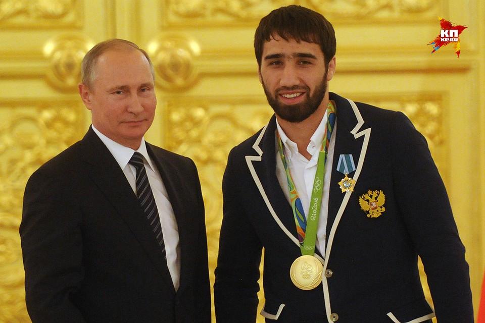 Президент России Владимир Путин и олимпийский чемпион по дзюдо Хасан Халмурзаев