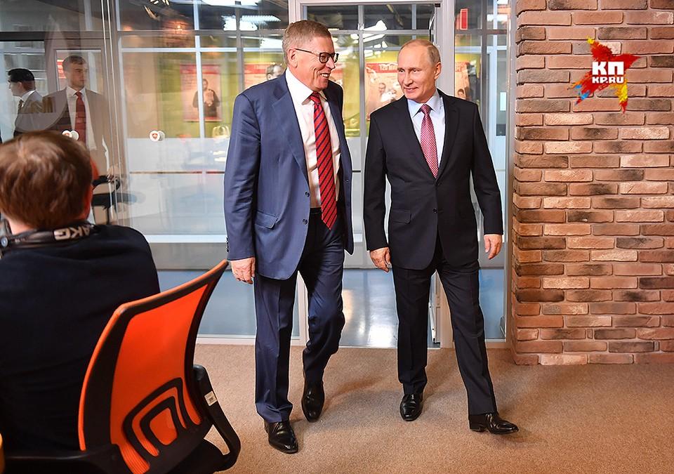 """Главный редактор """"Комсомольской правды"""" Владимир Сунгоркин и президент Путин в студии радио."""