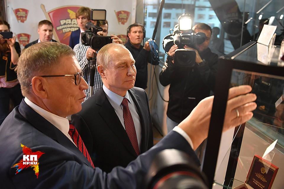 """Президенту показали самые примечательные экспонаты музея """"Комсомолки""""."""