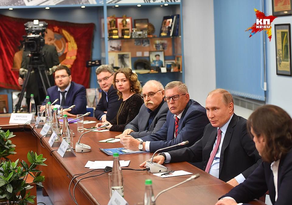 Владимир Путин во время совещания с руководителями ведущих печатных СМИ.