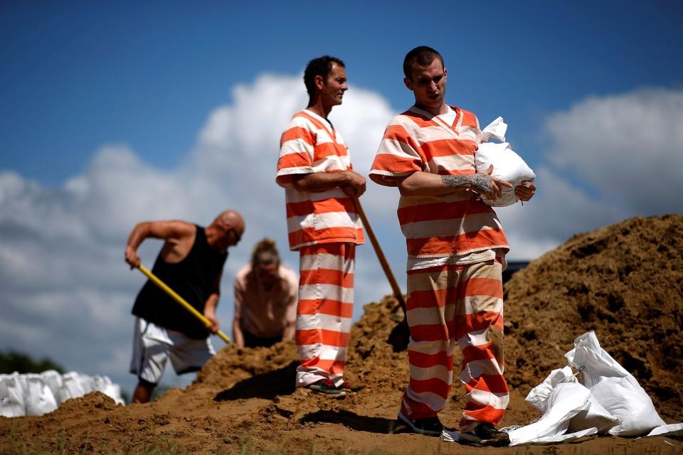 Заключенные тюрьмы Hancock County, штат Миссисипи, готовят мешки с песком для укрытия дорог и строений он предстоящего тропического шторма.