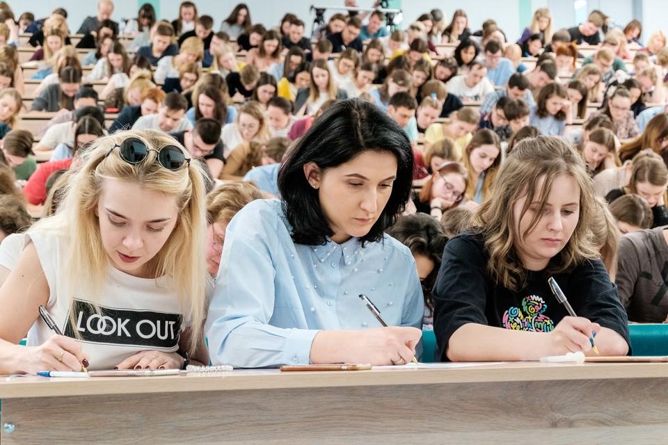 Тотальный диктант в аудитории 3307 Новосибирского Государственного Университета, диктор в лице Владимира Познера