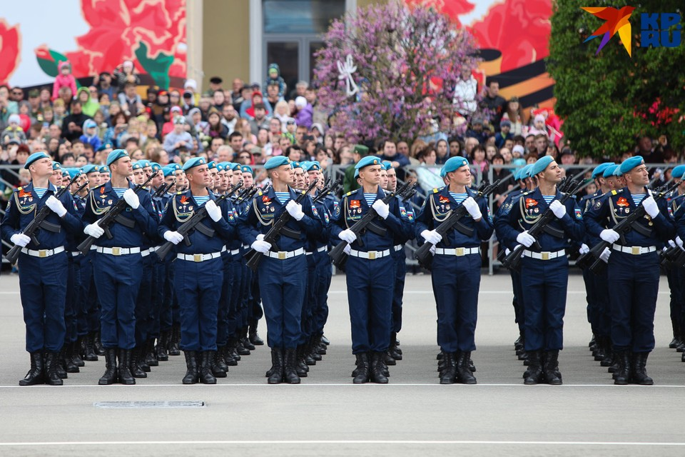 Парад прошел на площади Ленина
