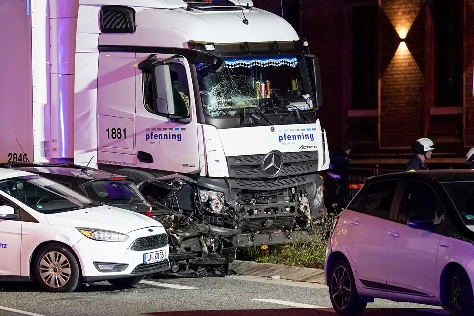 В Германии в городе Лимбург-ан-дер-Лан мужчина угнал грузовик у местного железнодорожного вокзала и направил ее в припаркованные машины. Пострадали десять человек. Большинство из них госпитализировано