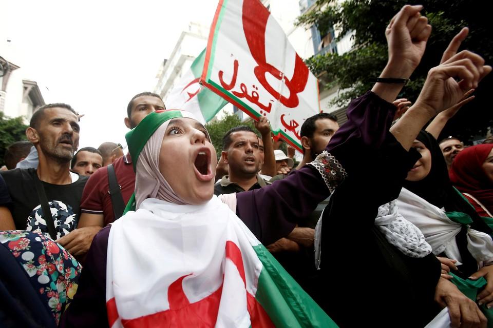 Сторонники алжирской оппозиции провели массовое шествие в столице страны с требованием проведения президентских выборов уже в декабре этого года.