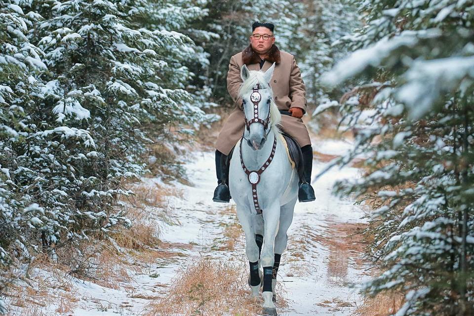 Государственное новостное агентство Северной Кореи опубликовало фоторепортаж о конной прогулке Ким Чен Ына по заснеженным склонам горы Пэктусан.