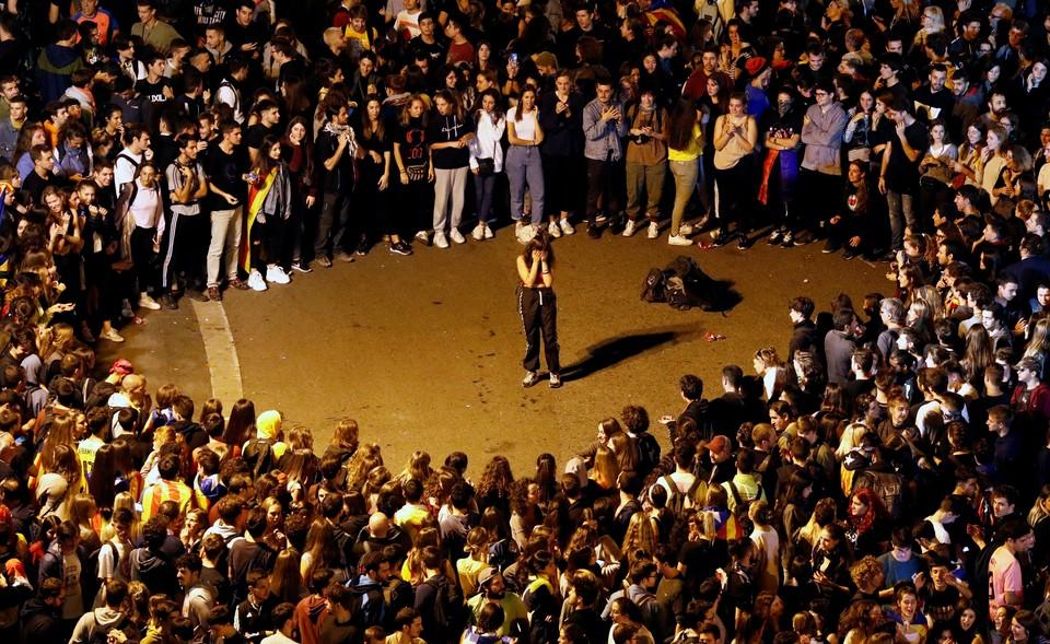 В Барселоне каждый вечер собираются тысячи сторонников независимой Каталонии в знак протеста против судебного приговора лидерам сепаратистов