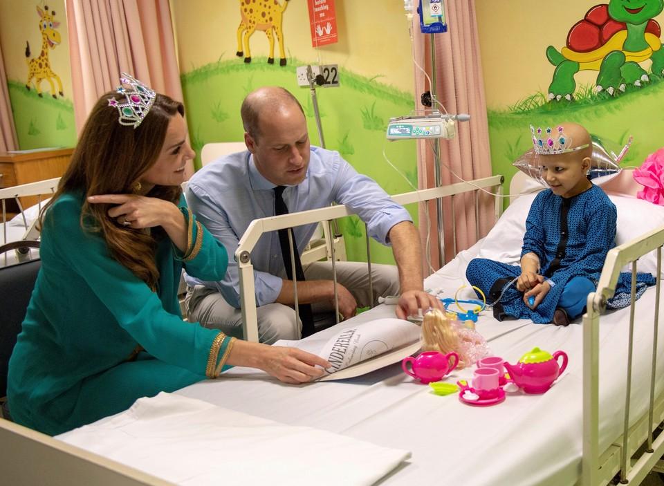 В ходе своего путешествия по Пакистану принц Уильям и герцогиня Кэмбриджская посетили детскую онкологическую больницу.