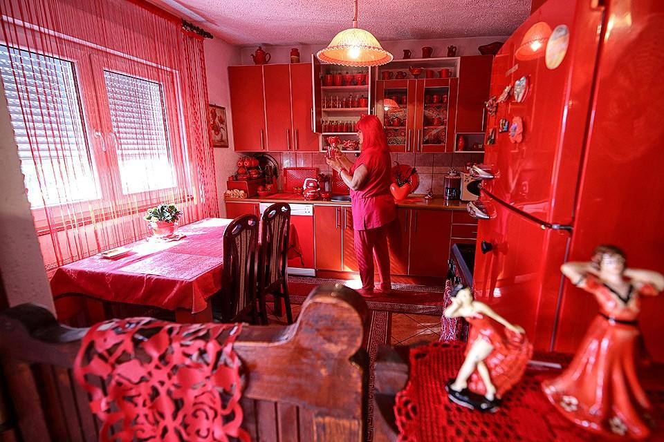 Боснийка Зорика Реберник вот уже 40 лет одержима красным цветом. Все предметы в её доме - красные, она носит красную одежду и перекрасила в красный цвет волосы. Для себя и мужа, за которого она вышла в красном платье, Зорика заказала красные надгробия.