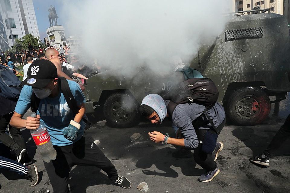 В ходе акций протеста против повышения стоимости билетов на метро в Чили задержали более тысячи человек