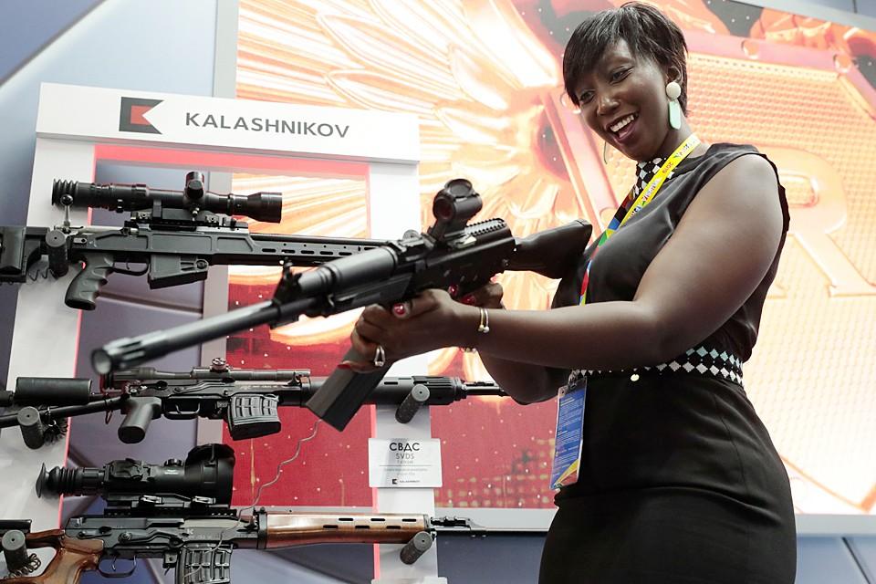 """Участница саммита """"Россия-Африка"""" восхищена снайперской винтовкой от концерна """"Калашников"""", представленной на выставке вооружения для участников форума"""