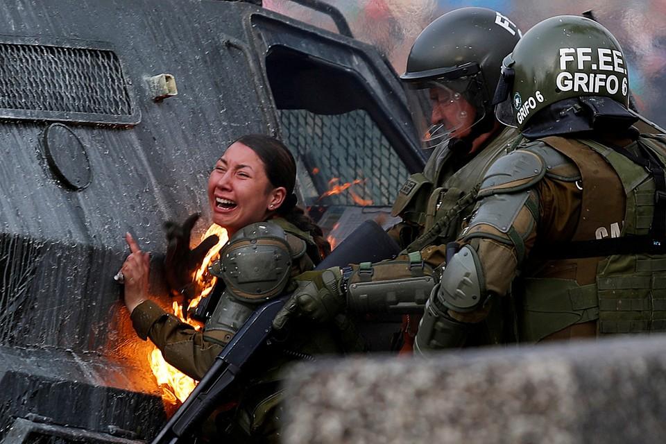 В Чили возобновились массовые выступления против действующей власти. Полицейские и военные пытаются остановить демонстрантов с помощью водомётов и слезоточивого газа