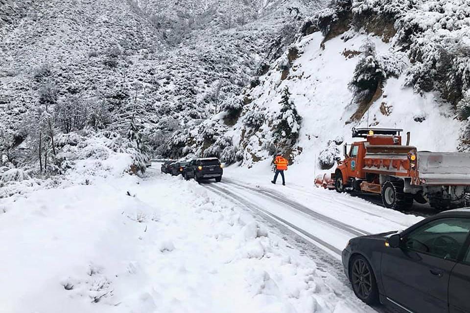 Горные перевалы Калифорнии завалило снегом