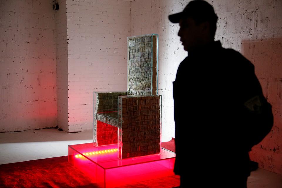 Стеклянный трон, внутри которого помещен миллион долларов, выставлен в московском «Музее эмоций»