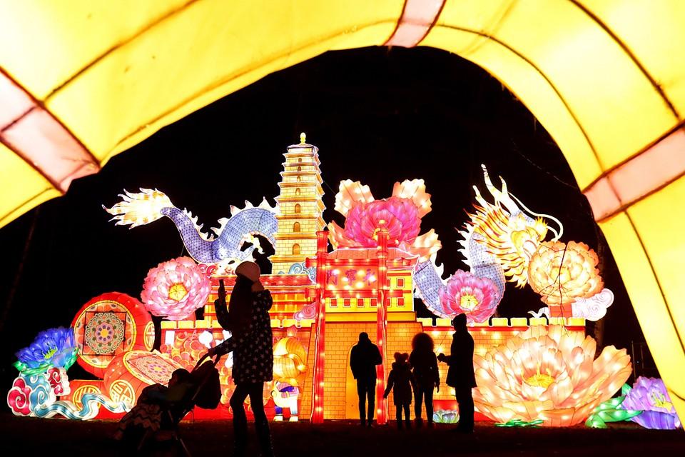 """В столичном парке """"Сокольники"""" проходит Фестиваль волшебных китайских фонарей. Фото: Вячеслав Прокофьев/ТАСС"""