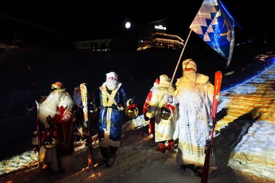 В Шерегеше 34 Деда Мороза на лыжэах и сноубордах спустились с горы Зеленой. На фото - одни из самых быстрых Дедов! Фото: пресс-служба АКО.