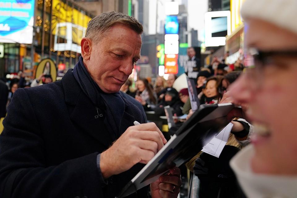 В Нью-Йорке представили трейлер нового фильма о Бонде. В церемонии принял участие исполнитель главной роли Дэниел Крейг. Он снимался уже в четырех картинах бондианы, и новый фильм станет для него последним в роли спецагента 007
